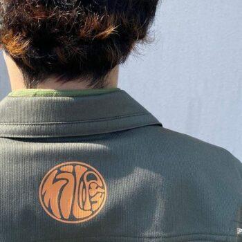 ポリテックの制服を着た後ろ姿の新入社員の男性